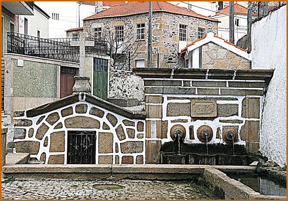 Fonte com o pio e a agora fechada fonte de mergulho (foto da internet-Quadrazais-mapio.net)