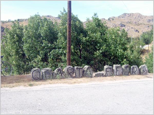 Escultura que indica o nome da aldeia - Quarta-Feira
