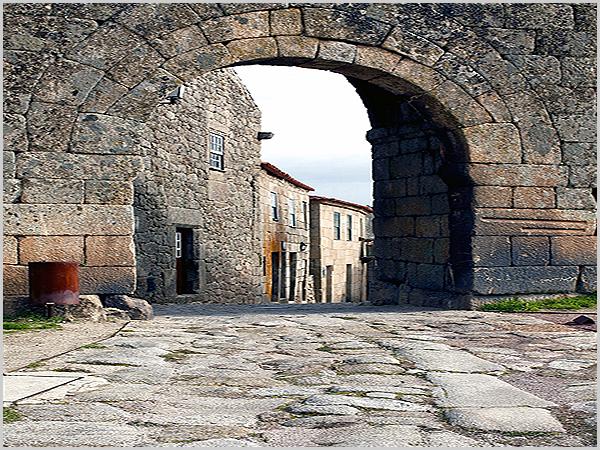 Porta Nova do castelo da Aldeia Histórica de Sortelha