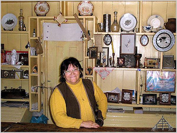 Pousafoles do Bispo – O «Pub Amarelo» que a Dona Leonor mantém inalterável em memória dos pais. Uma casa-bar-comércio-museu que importa preservar