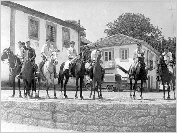 Dia da Inspecção militar no Sabugal. Na foto um grupo de jovens de Quadrazais a cavalo junto à Câmara do Sabugal - capeiaarraiana.pt