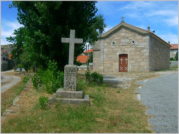 Capela de Nossa Senhora do Carmo construída em 1905 (a data de 28-5-1905 encontra-se na fachada principal) e cruzeiro dedicado ao Cristo Rei, com a data de 15-08-1944 (as festas costumam realizar-se a 15 de agosto)