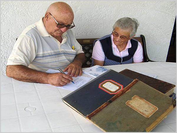 O autor e Maria Benedita Leal com os Livros da Irmandade de São Sebastião da Bismula