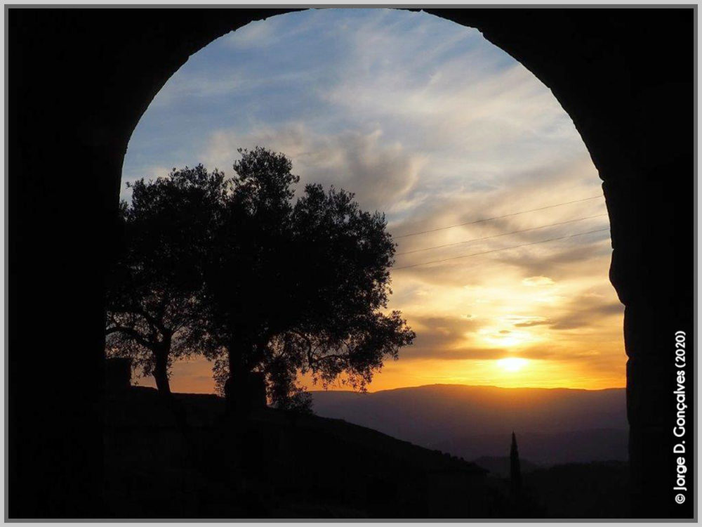 Porta Nova (da Vila) a poente onde se pode admirar o pôr-do-sol em toda a sua beleza