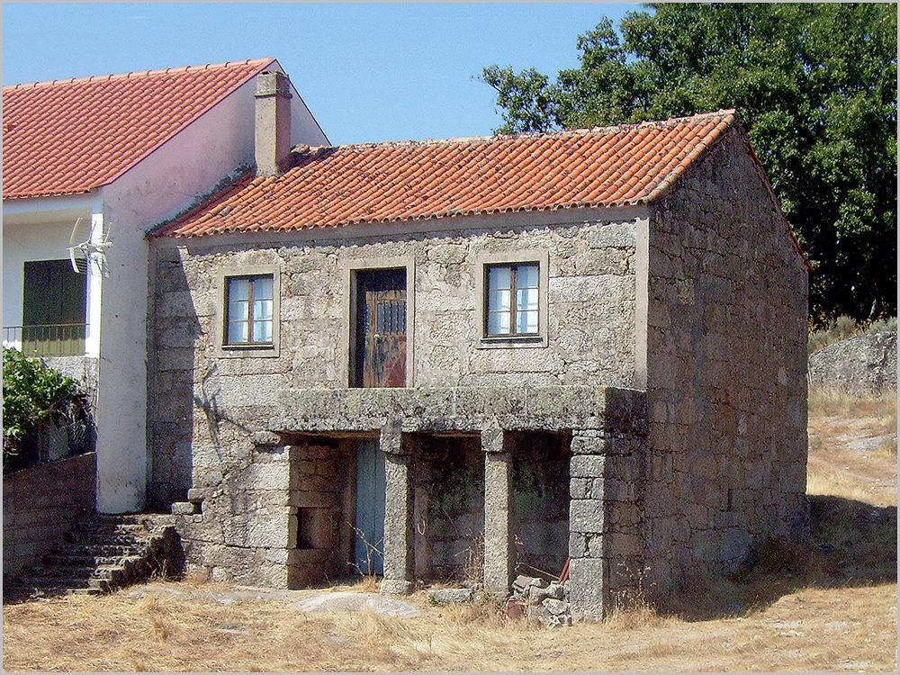 Casa em pedra na quinta da Ribeira da Nave na freguesia de Sortelha