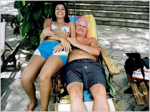 Franklim com a Mariana junto à piscina do hotel
