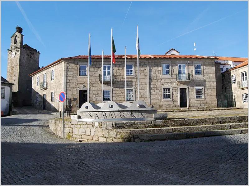 Edifício dos Paços do Concelho da Câmara Municipal do Sabugal - capeiaarraiana.pt