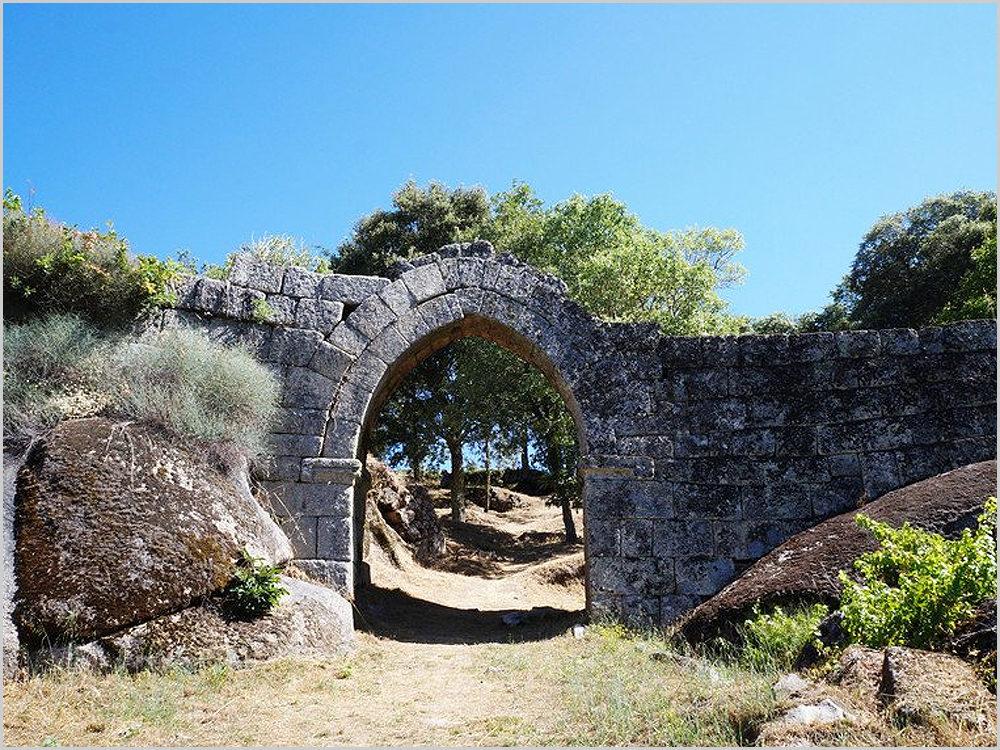Portal do castelo de Vila do Touro no concelho do Sabugal