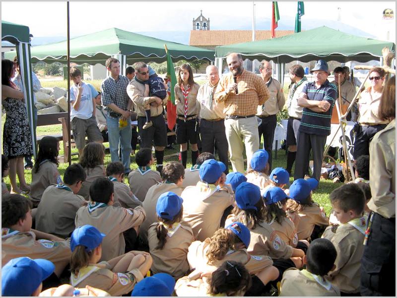 Paulo Fernandes, presidente da Câmara Municipal do Fundão, fala aos escuteiros da Aldeia de Joanes - capeiaarraiana.pt