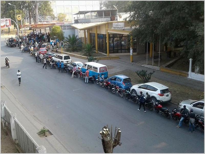 «Procissão» para abastecer combustível no Dundo - capeiaarraiana.pt