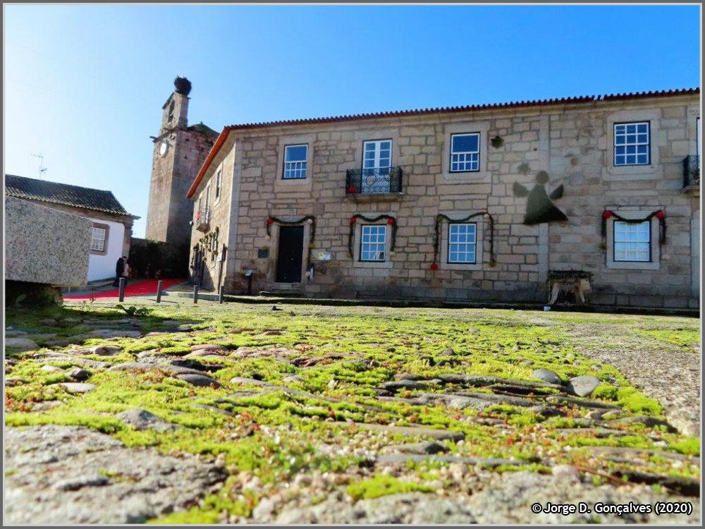 Paços do Concelho da Câmara Municipal do Sabugal e Torre Sineira da muralha do Castelo (foto: Jorge Gonçalves)