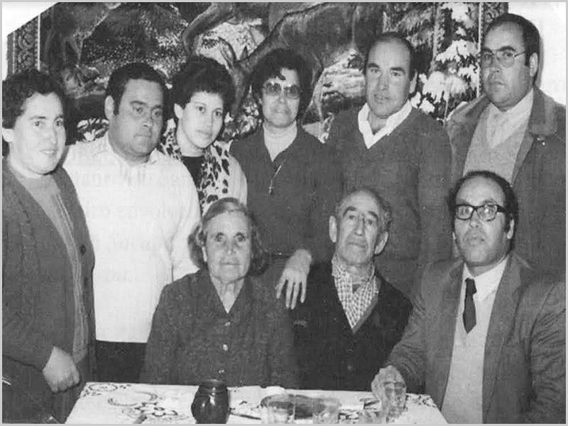 Sete dos nove irmãos na casa paterna no aniversário do casamento dos pais