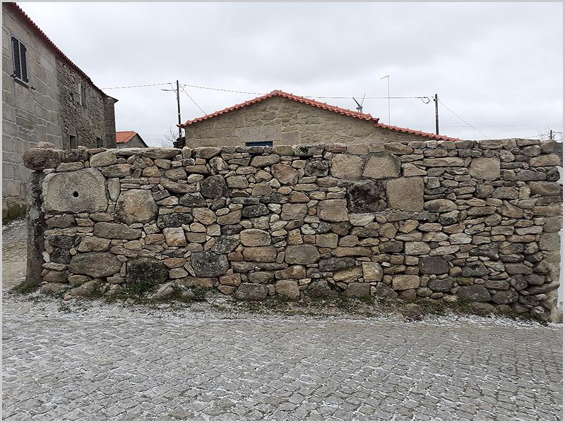 Na reconstrução do muro deve salientar-se a preocupação em deixar bem visíveis fragmentos de um moinho encontrados no interior do muro velho