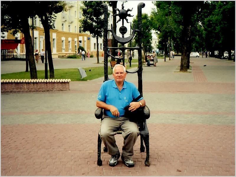 Franklim sentado numa cadeira dos astrólogos de Mogilev