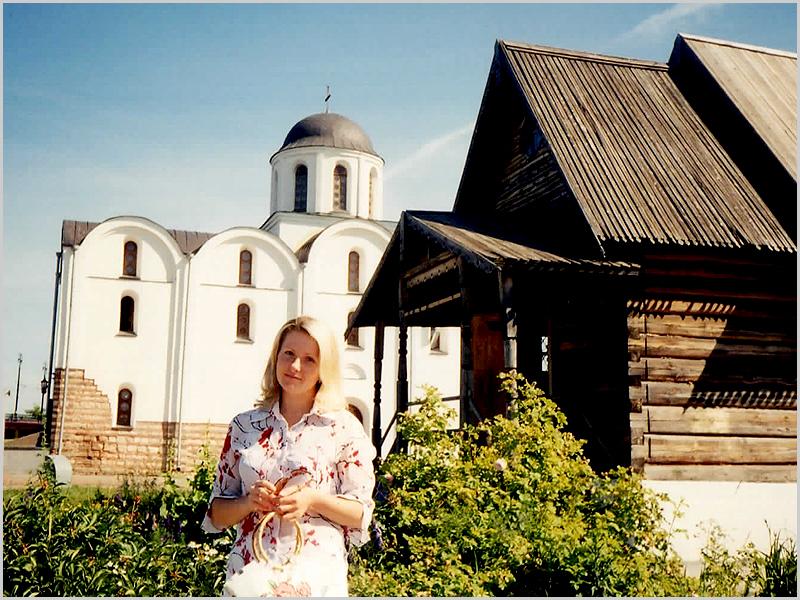 A Irina Natália frente à igreja em Vitebsk