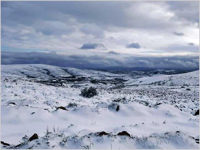 Serra de Xalmas pintada de branco em dia de ano novo