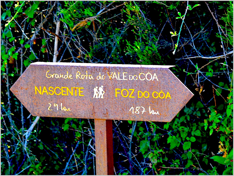 Placa colocada junto à nascente do Côa que indica erradamente que a mesma fica a 29 kms