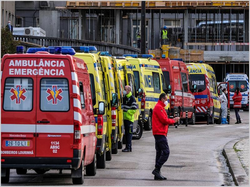 Ambulâncias à espera «de vez» nas urgências do Hospital Santa Maria em Lisboa