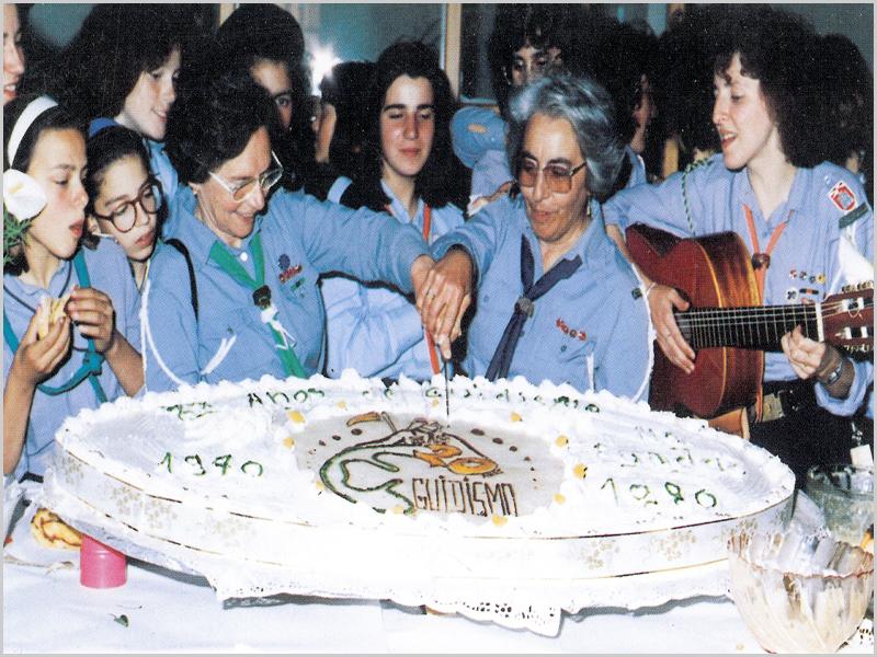 Partindo o bolo do XX Aniversário