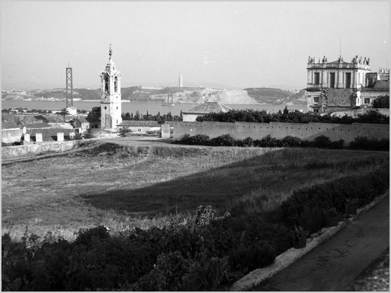 Rua da Torre (à esquerda) com o Palácio da Ajuda à direita e a construção da Ponte sobre o Tejo ao fundo (foto: Artur Inácio Bastos, 1964)