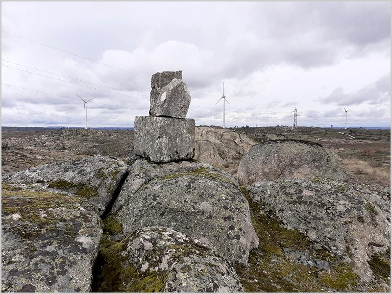 Cruz João Pinto - as pedras semidestruídas lá continuam em cima de um cubo que serve de base!