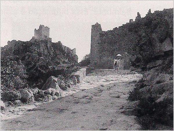 Calçada da porta da Vila de Sortelha na década de 1940