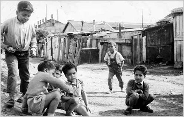 Crianças no bidonville de Champigny em Paris