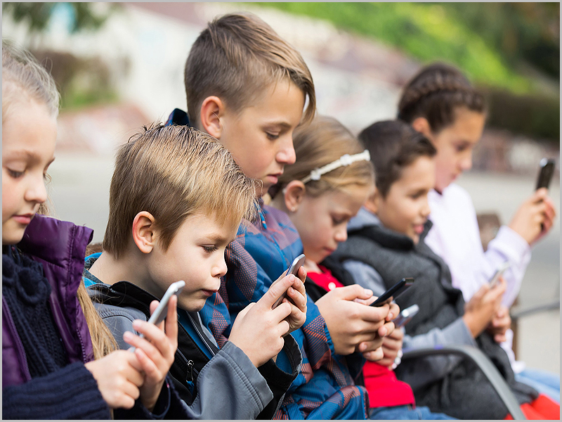 crianças com telemóveis