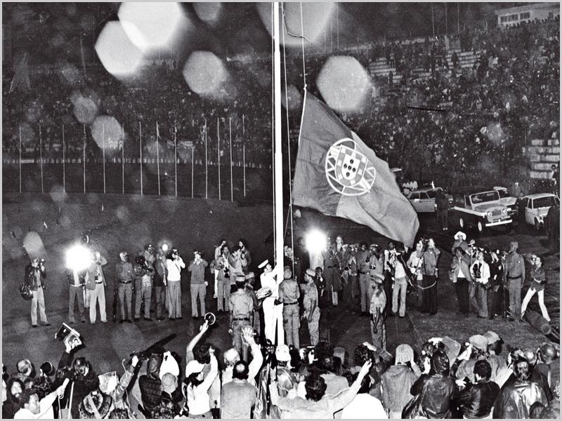 Cerimónia simbólica do último arrear da bandeira portuguesa em Lourenço Marques, actual Maputo