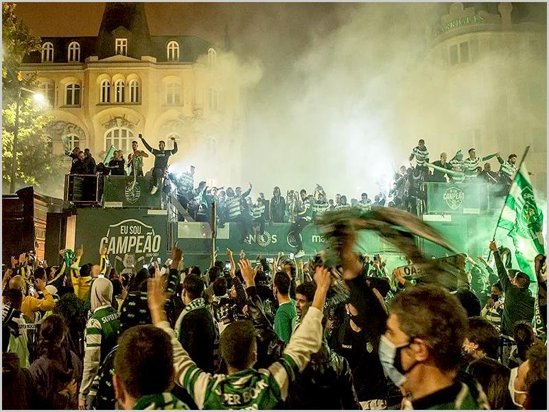 Adeptos sportinguistas comemoram com a equipa conquista do Campeonato de Futebol