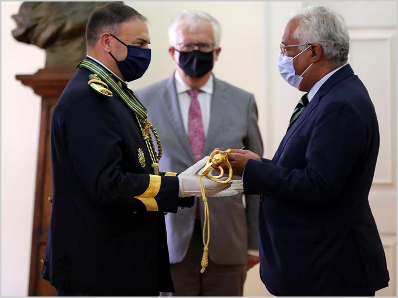 O Brigadeiro-general António Bogas recebe a Espada de Oficial General das mãos do primeiro-ministro António Costa