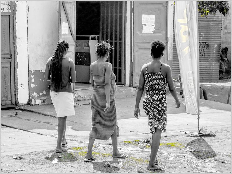 Damas às compras em Lucapa