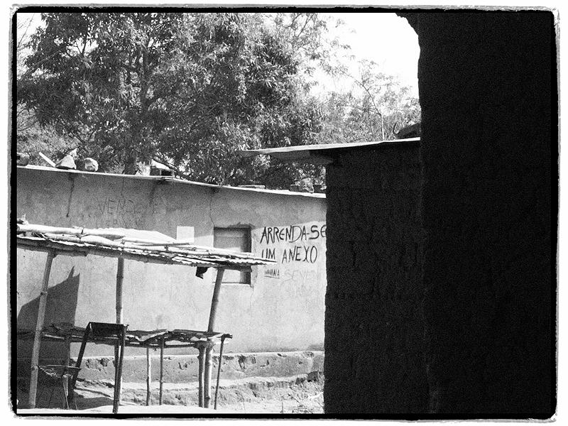 Poesias num muro no Lunda Norte em Angola