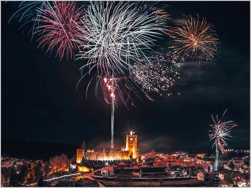 Passagem de ano com fogo-de-artifício sobre o Castelo das Cinco Quinas do Sabugal