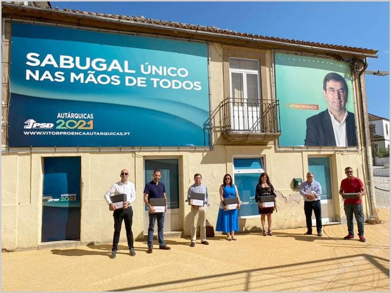 Candidatos do PSD junto à sede de campanha no Sabugal