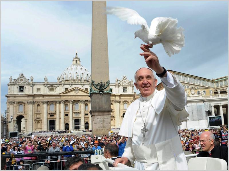 Pomba branca poisa na mão do Papa Francisco na Praça de São Pedro no Vaticano