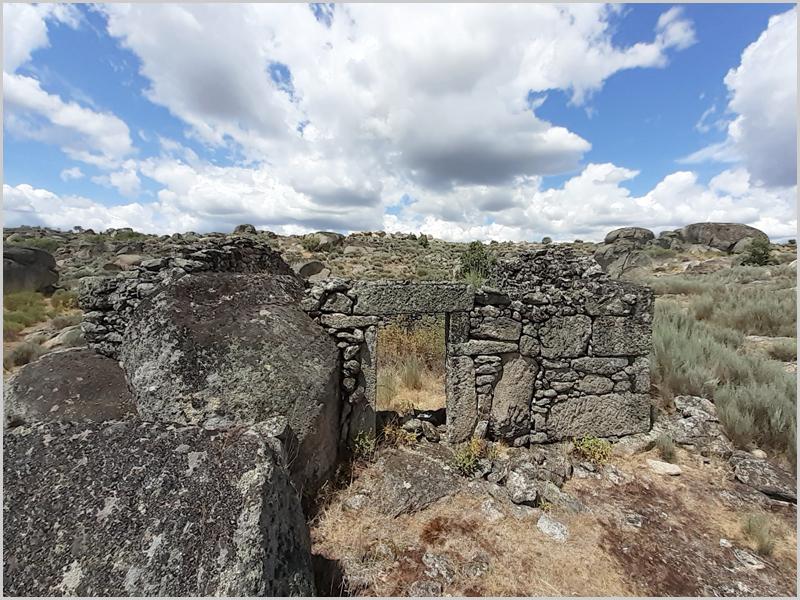 Casa em ruínas na região de Sortelha