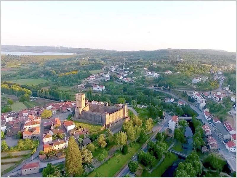 Imagem aérea sobre o Castelo de Cinco Quinas, Rio Côa e Barragem do Sabugal