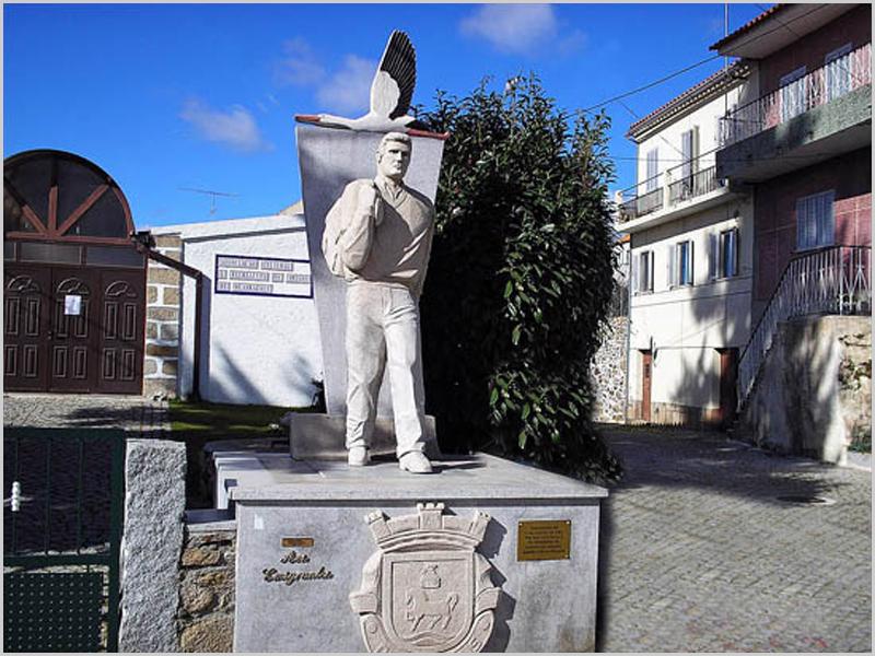 Monumento ao Emigrante em Quadrazais