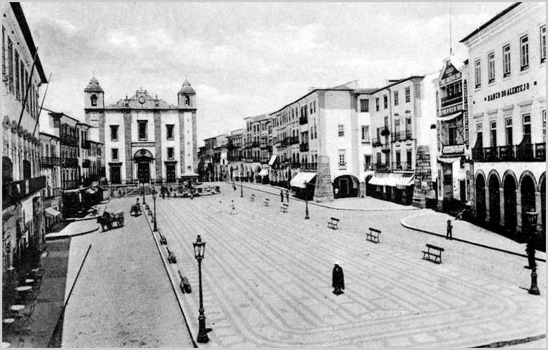 Praça do Sertório, em Évora, ainda com o Banco do Alentejo
