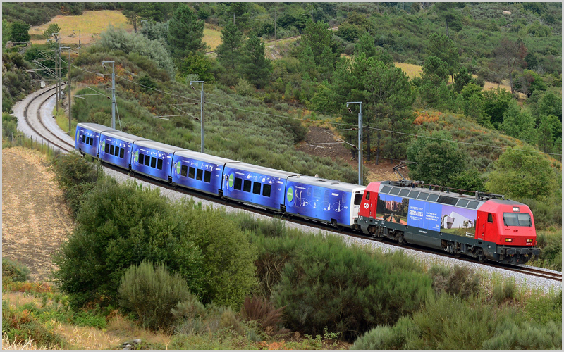 Locomotiva CP5617 com carruagens «Connecting Europe Express» (foto: Nelso Silva)