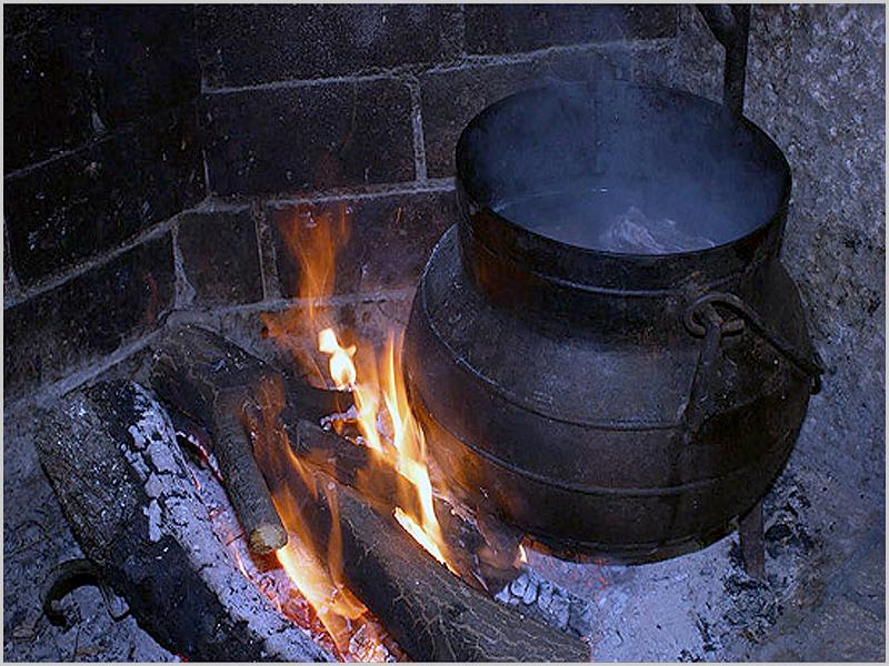 Panela de ferro ao lume nas casas raianas